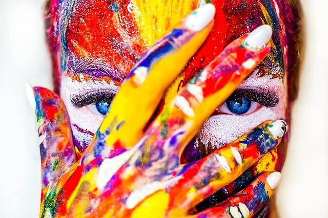 Värikäs naama